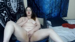 Curvaceous Ellynor in sexy glasses fingering fat pussy